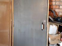 Дверь с коробкой и замком